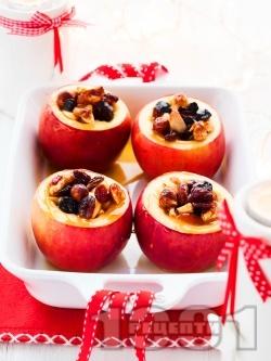 Печени ябълки с ядки (орехи и лешници), стафиди и мед - снимка на рецептата